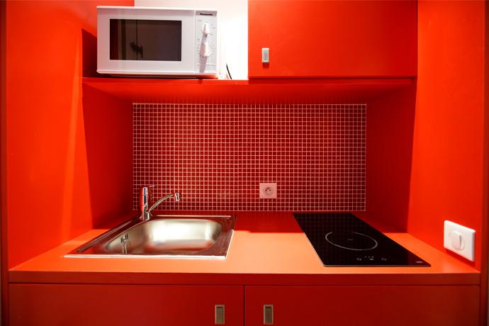 Pose d'une mosaïque pour cuisine rouge orangé