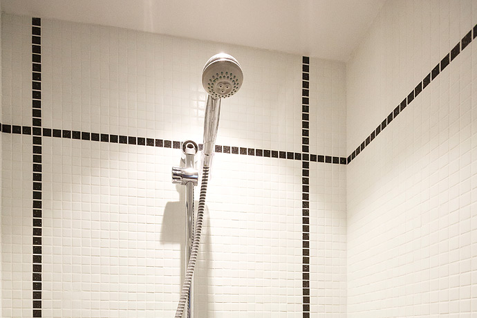 Mosaïque dans l'espace douche avec robinetterie axée