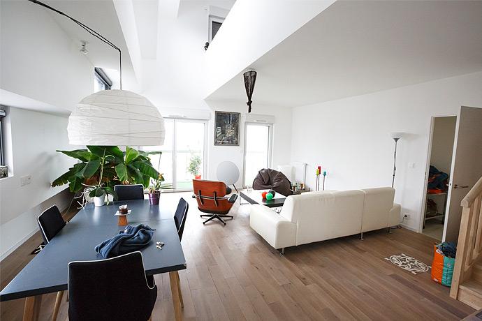 Salon séjour du duplex en parquet massif vue de la cuisine